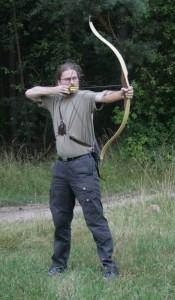 Bogenschütze mit Jagdrecurv-Bogen