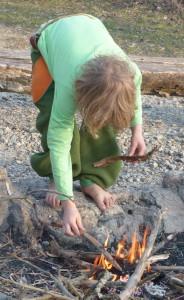 Kylan füttert Feuer