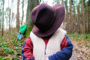 Kind unter Hut