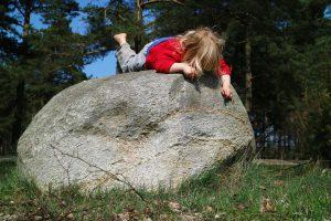 Kind auf Stein